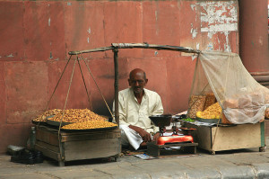 800px-Merchant_selling_namkeen_snacks,_Khan_Market,_Delhi