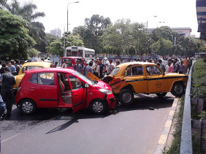 800px-Multiple_Car_Accident_-_Rabindra_Sadan_Area_-_Kolkata_2012-06-13_01320