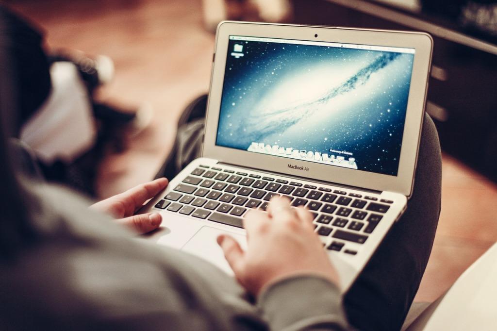 macbook-407127_1280